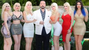 Adnan Oktar surrounded by a group of female devotees (photo: youtube)