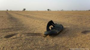 Algeria has been accused of abandoning hundreds of African migrants in the Sahara. Photo shows a shoe in the desert sand (photo: picture-alliance/AP Photo/J. Delay)