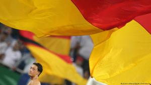Mesut Ozil and the German flag (photo: picture-alliance/dpa/R. Vennenbernd)
