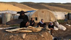 Yazidi women baking bread in a clay oven on Mount Sinjar in northern Iraq (photo: DW/Sandra Petersmann)