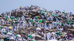 Muslims in Mecca for the hajj ascend Mount Arafat in 48° C heat on 21.08.2018 (photo: picture-alliance/dpa/CIC)