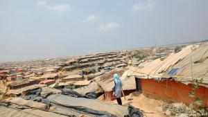 Dusty, hot, narrow – and almost as big as Cologne: Rohingya began fleeing from Myanmar to Bangladesh decades ago. A refugee camp grew up next to the village of Kutupalong. As a result of the mass exodus since August 2017, the number of inhabitants there has risen sharply and further camps have been set up. A total of almost one million people now live there – a city almost the size of Cologne, but without the infrastructure