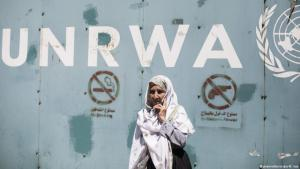A Palestinian woman waits in front of the UNRWA headquarters in Gaza (photo: picture-alliance/dpa/M. Issa)