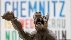 Art demonstrates against right-wing agitation and violence: Brandenburg artist Rainer Opolkaʹs sculpture of a bronze wolf giving the Hitler salute, positioned in front of the Karl Marx Monument in Chemnitz (photo: dpa/picture-alliance)