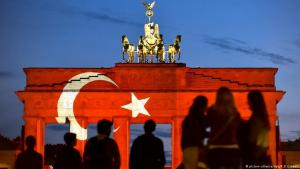 The Brandenburg Gate illuminated in the colours and symbols of the Turkish flag on 29.06.2016 (photo: picture-alliance/dpa/K. D. Gabbert)