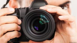 Symbolic image of a photographer with camera (photo: Fotolia/milkmanx)