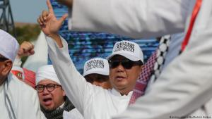 The 212 Alumni: thousands of Muslim hardliners protested on 2 December 2016 over Ahokʹs alleged blasphemy. Here presidential candidate Prabowo Subianto can be seen signing 212 during the commemoration of the ʹ212 Alumniʹ demonstration in Jakarta on 02.12.2018 (photo: picture-alliance/NurPhoto/A. Raharjo)