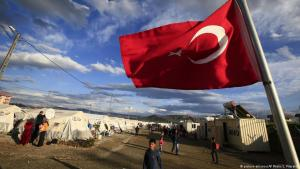 Turkish flag flying in a refugee camp (photo: picture-alliance/AP/L. Pitarakis)
