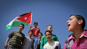 A group of students pose with the Jordanian national flag in Jerash, in the north of the country (photo: Pascal Mannaerts)