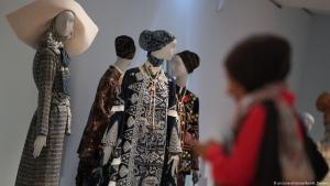 "A woman visits the ""Comtemporary Muslim Fashions"" exhibition in the Frankfurt Museum for Applied Art (photo: dpa/picture-alliance)"