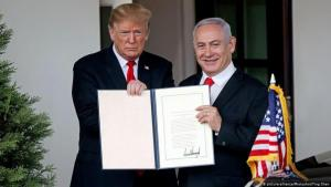 U.S. President Donald Trump and Israeli Prime Minister Benjamin Netanyahu display the proclamation recognising Israel's sovereignty over the disputed Golan Heights at the White House on 25 March 2019 (photo: picture-alliance/Photoshot/Ting Shen)