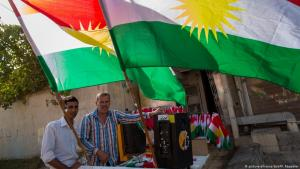 Street hawkers selling Kurdistan flags in northern Iraq prior to the referendum in August 2014 (photo: dpa/picture-alliance)