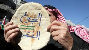 """Hunger and poverty are the same thing"": anti-government protests against increased bread prices in Amman (photo: picture-alliance/dpa)"
