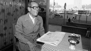 "Egyptian author and Nobel laureate Naguib Mahfouz on 20 October 1988 in his favourite cafe ""Ali Baba"" on Cairoʹs Tahrir Square (photo: picture-alliance/Bildarchiv)"