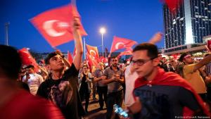 Erdogan supporters celebrate the end of the failed coup attempt, Taksim Square, Istanbul, July 2015 (photo: picture-alliance)