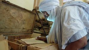 A Tuareg examines historical manuscripts in Timbuktu (photo: picture-alliance/abaca)