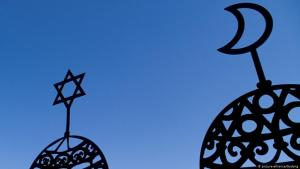 A star of David and a crescent moon cut-out against a blue sky (photo: picture-alliance/Godong)