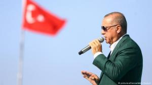 Turkish President Recep Tayyip Erdogan addresses a crowd (photo: picture-alliance/AA/A. Coskun)