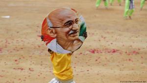 Indian boy carrying an image of Gandhi in Bangalore (photo: dpa/AP/A. Rahi)
