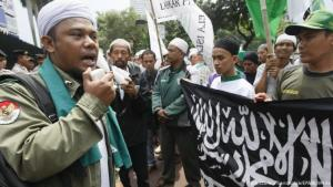 Conservative Muslims protest in Jakarta (photo: picture-alliance/dpa/EPA)