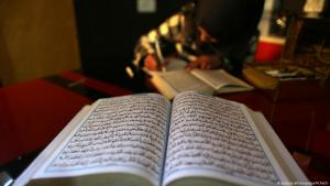 Palestinian studies the Koran in Khan Younis (photo: dpa/picture-alliance)