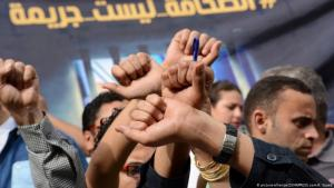 """Journalists demand freedom of the press in Cairo in 2016; """"Journalism is not a crime"""" (photo: picture-alliance/ZUMAPRESS.com/A. Sayed)"""