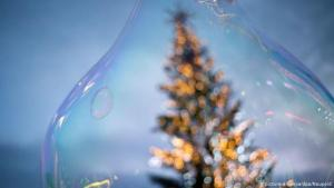 Christmas tree in bubble (photo: picture-alliance/dpa/Naupold)