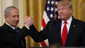 United States President Donald Trump shakes hands with Israel's Prime Minister Benjamin Netanyahu in the White House on 28.01.2020 (photo: picture-alliance/CNP/J. Lott)
