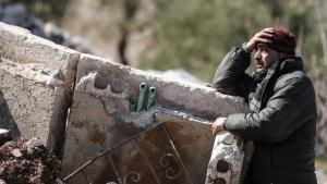 Syrian civilian in the ruins of Idlib (photo: picture-alliance/dpa)