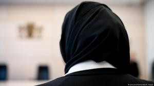 Hijab-wearing law student stands in Bavaria's Administrative Court. The young woman had appealed against the fact that she was not allowed to wear a headscarf during her legal traineeship in the courtroom  (photo: dpa/picture-alliance)
