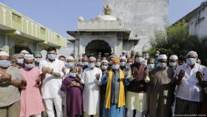 Muslims attend Friday prayers in the Indian city of Ahmadabad (photo: AP/picture-alliance)