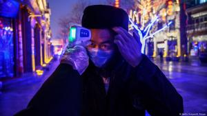 Monitoring and measuring the temperature of individuals potentially infected with coronavirus in China (photo: Getty Images/K. Frayer)
