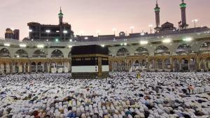 Hajj in 2019: Believers in prayer gather round the Kaaba in Mecca (photo: Reuters/W. Ali)
