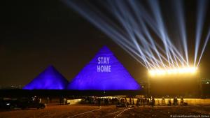 "Pyramids at Giza bear the message ""Stay Home"" on 18.04.2020 (photo: picture-alliance/Xinhua/A. Gomaa)"