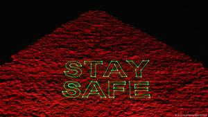 "Pyramids at Giza illuminated with the message ""Stay safe"" (photo: picture-alliance/dpa/Xinhua)"