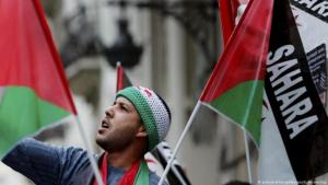 Man at a protest relating to Western Sahara (photo: picture-alliance/dpa/K. Försterling)