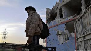 Fighter with the UN-backed government forces of Libya seen south of Tripoli (photo: picture-alliance/Xinhua/H. Turkia)