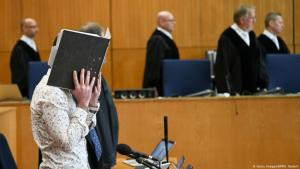 Iraqi defendant, Taha al-J., believed to have belonged to Islamic State, hides his face as judges arrive in the courtroom for the start of his trial for genocide and murdering a young Yazidi girl he held as a slave, on 24 April 2020, at the Higher Regional Court in Frankfurt am Main, Germany (photo: Getty Images/AFP/A. Dedert)
