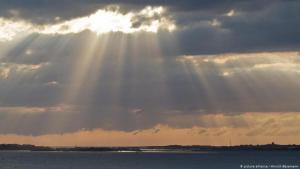 Symbolic image of rays of sunshine bursting through a blanket of cloud (photo: picture-alliance/Hinrich Basemann)