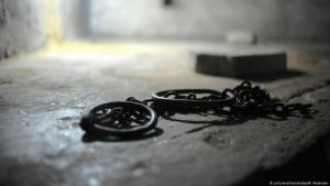 Manacles (photo: picture-alliance/dpa/B. Pedersen)
