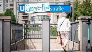 "A homemade sign changes the name of the Berlin underground station ""Mohrenstrasse"" to ""George-Floyd-Strasse"" (photo: picture-alliance/dpa/K. Nietfeld)"