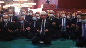 President Erdoğan and senior Turkish ministers attend Friday prayers at Hagia Sofia, 24.07.20 (photo: picture-alliance/AA/M. Kamachi)