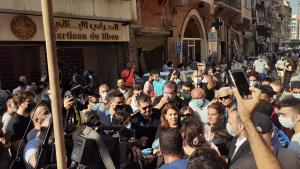 Singer Majida el Roumi addressing volunteers and members of the press in Gemmayze (photo: Julia Neumann)