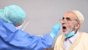 A medical worker collects a swab from a man for a coronavirus test in Sale, Morocco (photo: imago images/Xinhua | Chadi via www.imago-images.de)