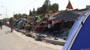 Refugees in makeshift tents on a road in Lesbos (photo: Henning Goll/DW)