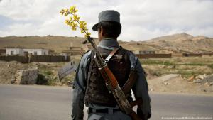 Soldier in Afghanistan with a flower in his rifle (photo: picture-alliance/AP Photo/Anja Niedringhaus)