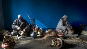 An artisan couple at work in their family kangdi-making business (photo: Sugato Mukherjee)
