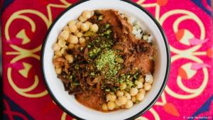 Street food from North Africa: Koshary, also called Kushari, is available on every street corner in Egypt. Oriental spices and white wine vinegar give it its unmistakable flavour. And another essential ingredient are caramelised onions. Michael Landeck experimented for six months – only then was he satisfied with his Koshary