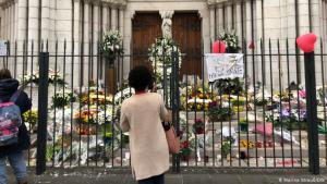 Floral tributes outside Notre Dame Basilica, Nice (photo: DW/Marina Strauß)