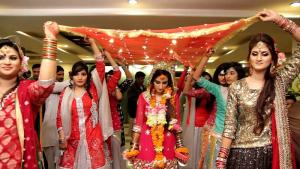 Pakistani bride accompanied by her friends, 12 February 2019, Pakistan (photo: Gul1122; source: commons.wikimedia.org: Attribution-ShareAlike 4.0 International (CC BY-SA 4.0))